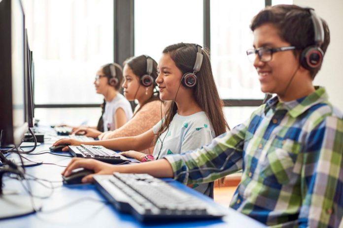 """l curso """"Learning English"""" de la VOA, lanzado originalmente en 1959, interesa con lecciones y contenidos de interés a estudiantes de inglés de alrededor del mundo."""
