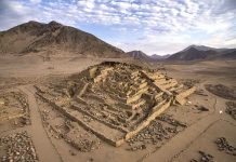 """Caral: edificio piramidal """"La Galería"""""""