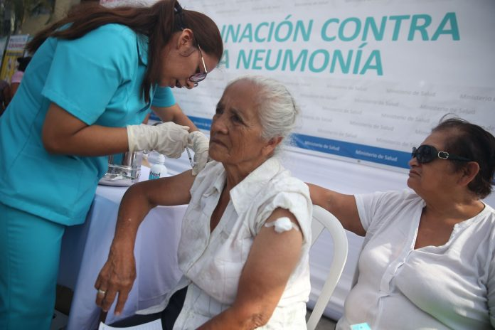 Vacunación de adultos mayores / Foto: Andina