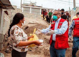 Alcalde Marticorena entrega víveres a familias de Lurín